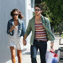 Kevin y Danielle Jonas de compras por Beverly Hills