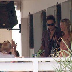 Kate Moss y Jamie Hince en un restaurante de Formentera