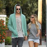 Ashley Tisdale y Christopher French paseando