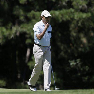 Barack Obama disfruta de sus vacaciones jugando al golf con amigos