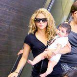 Shakira y Milan Piqué en el aeropuerto de Los Ángeles