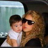 Shakira con su hijo Milan Piqué Mebarak en el interior de un coche en Los Ángeles