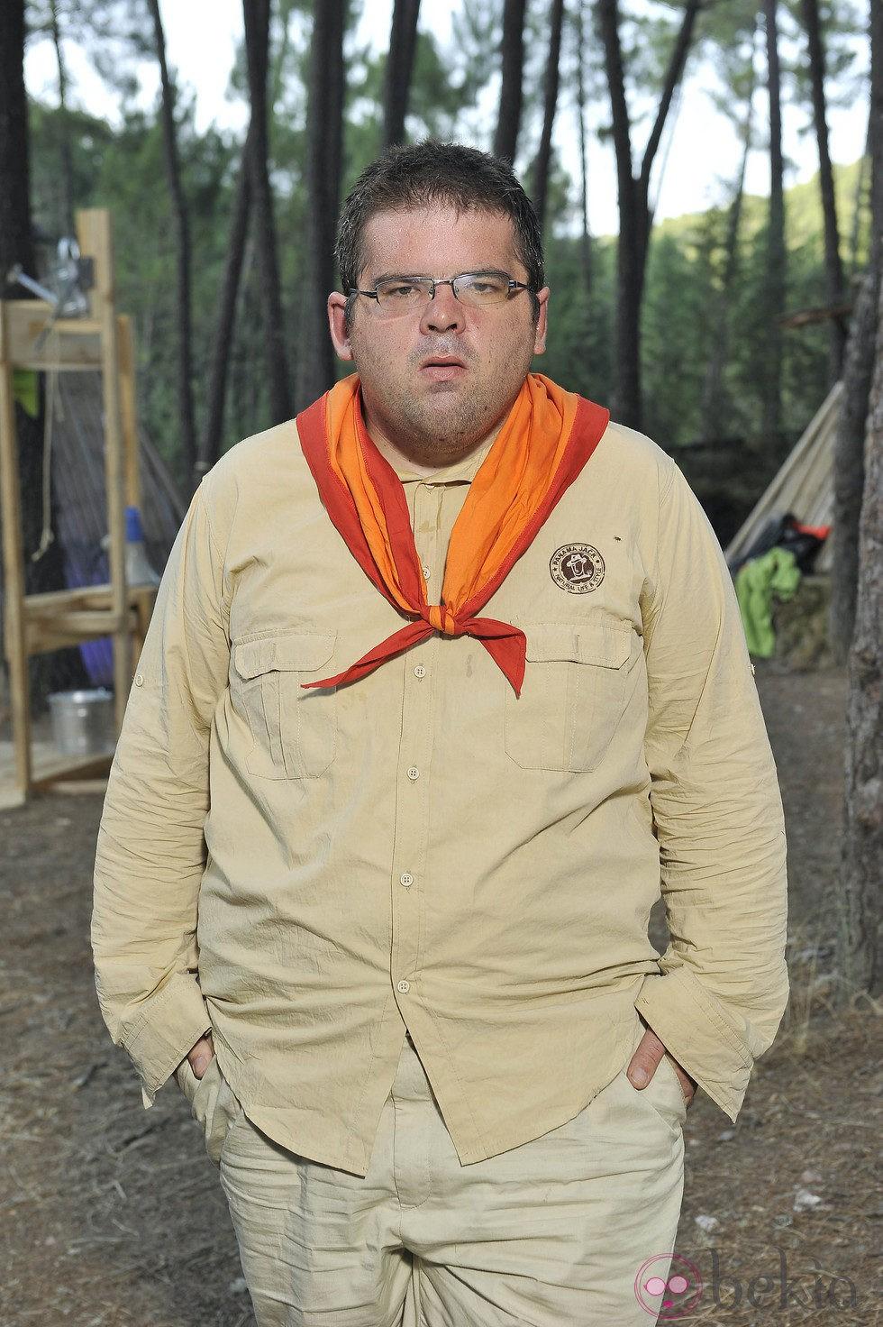 David Pedre posando como explorador del 'Campamento de verano' de Telecinco
