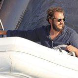 Borja Thyssen surcando las aguas de Ibiza en una lancha