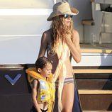 Blanca Cuesta con su hijo Sacha en un barco en Ibiza