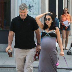 Hilaria Thomas, en la recta final de su embarazo, paseando a los perros con Alec Baldwin