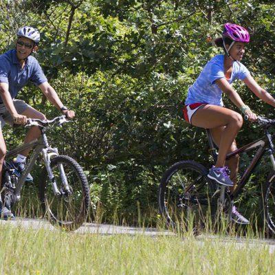 Barack Obama y su hija Malia disfrutan de un paseo en bicicleta