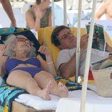 Cayetano Martínez de Irujo y la Duquesa de Alba relajados en una tumbona en Ibiza