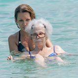La Duquesa de Alba dándose un baño en las playas de Ibiza