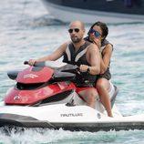 Gonzalo Miró y Ana Isabel Medinabeitia en una moto acuática surcando las aguas de Ibiza