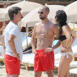Gonzalo Miró y Ana Isabel Medinabeitia hablando con Cayetano Martínez de Irujo en Ibiza