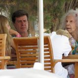 La Duquesa de Alba en una terraza de Ibiza con Cayetano Martínez de Irujo y sus hijos