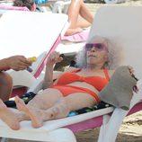 La Duquesa de Alba relajada en una tumbona de Ibiza