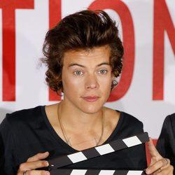 Harry Styles con una claqueta durante el estreno de 'This is Us' en Londres