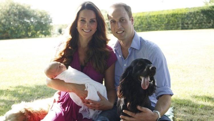 Los Duques de Cambridge con el Príncipe Jorge y su perro Lupo