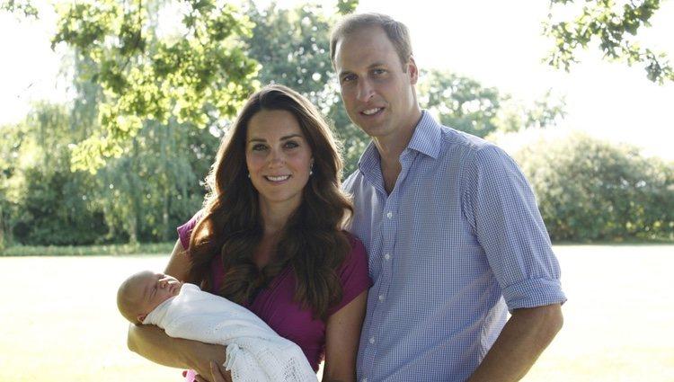 Primera foto oficial del Príncipe Guillermo y Kate Middleton con su hijo el Príncipe Jorge