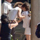 La Infanta Elena besa a su hija Victoria en el club náutico Calanova de Mallorca