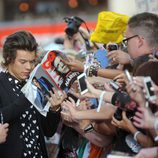 Harry Styles atendiendo a los fans en el estreno de '1D: This is Us' en Londres