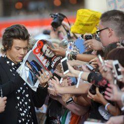 Harry Styles atendiendo a los fans en el estreno de '1D: This is Us' en Londres