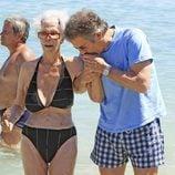 Alfonso Díez besa a la Duquesa de Alba en Ibiza