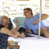 Los Duques de Alba charlan en unas tumbonas en Ibiza