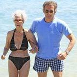 Los Duques de Alba en una playa de Ibiza