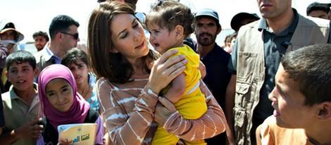 Mary de Dinamarca muy cariñosa con una niña en un campo de refugiados sirios en Jordania