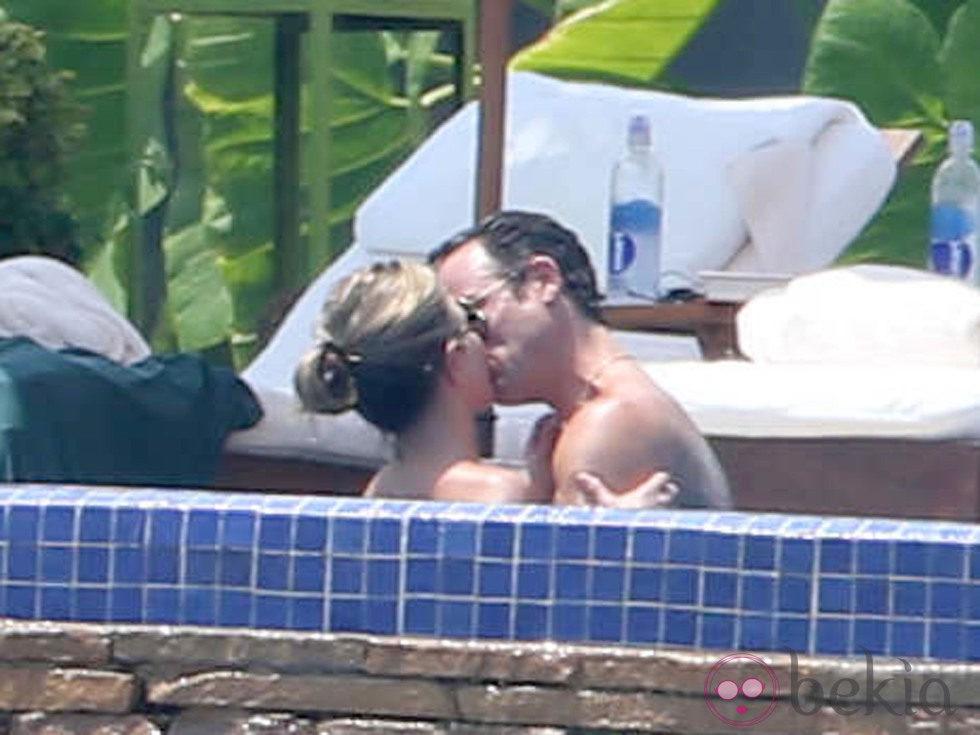 Jennifer Aniston y Justin Theroux besándose durante sus vacaciones en Los Cabos de México