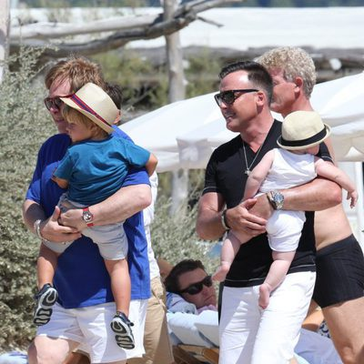 Elton John y David Furnish con sus hijos Zachary y Elijah en Saint-Tropez
