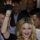Madonna luciendo sus fundas de dientes doradas en Roma
