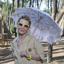 Karmele Marchante posando como exploradora del 'Campamento de verano'