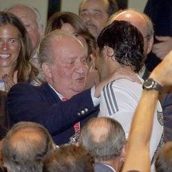 El Rey Juan Carlos hablando con Raúl González en el Trofeo Santiago Bernabéu 2013