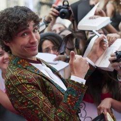 Robert Sheehan atiende a los fans en el estreno de 'Cazadores de Sombras: Ciudad de Hueso' en Madrid