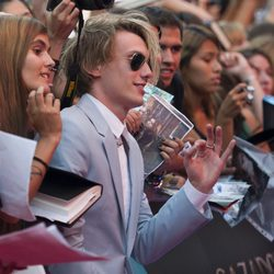Jamie Campbell Bower atiende a los fans en el estreno de 'Cazadores de Sombras: Ciudad de Hueso' en Madrid