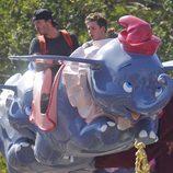 David Beckham con su hijo Brooklyn en un Dumbo volador en Disneyland