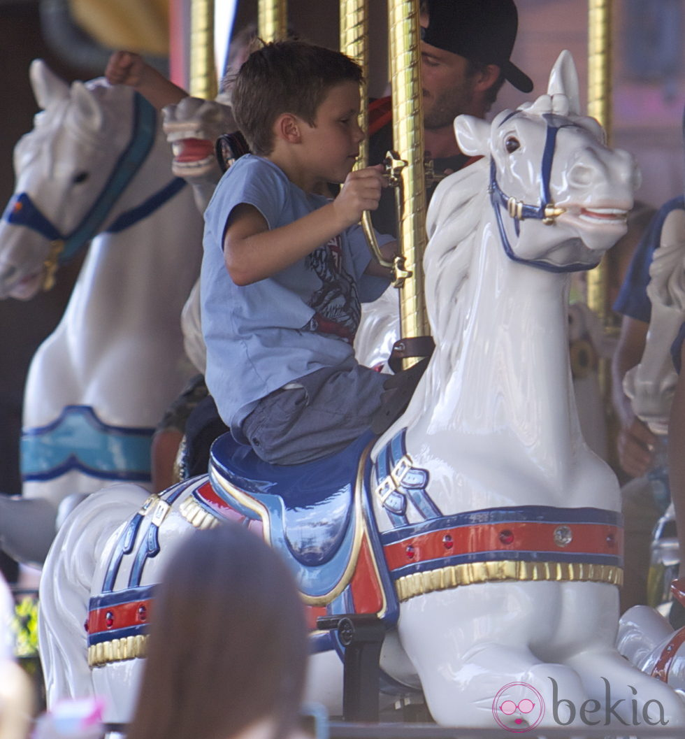 Cruz Beckham en los caballitos de Disneyland