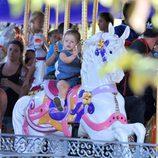 Harper Seven subida en los caballitos de Disneyland