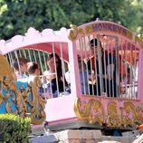 David y Victoria Beckham con sus cuatro hijos en Disneyland