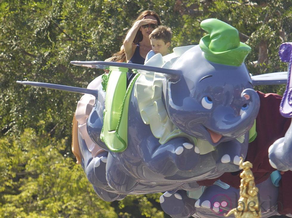 Victoria Beckham con su hijo Cruz subidos en un Dumbo volador en Disneyland