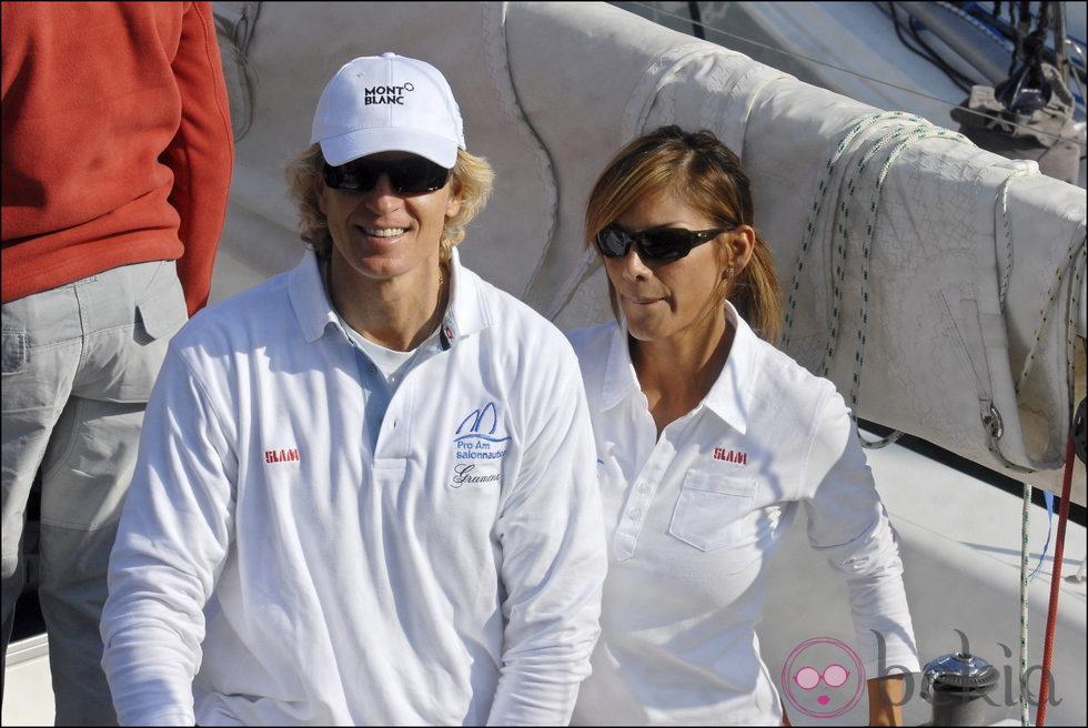 Álvaro Bultó e Ivonne Reyes subidos en un barco