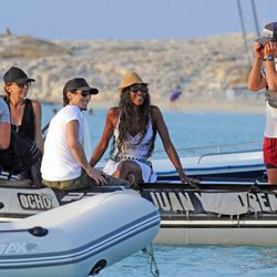 Naomi Campbell y Adrien Brody en una lancha en Formentera