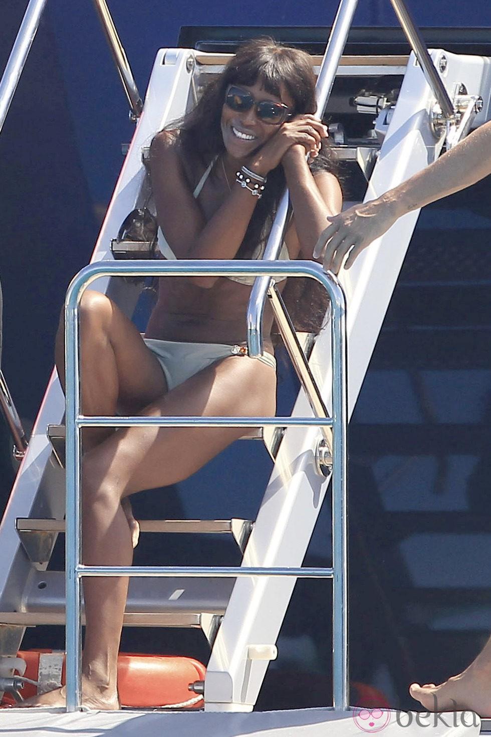 Naomi Campbell en la cubierta de un barco en Formentera