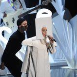 Lady Gaga vestida de monja durante su actuación en los MTV VMA 2013
