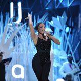 Lady Gaga con un traje negro durante su actuación en los MTV VMA 2013