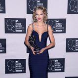 Taylor Swift posando con su premio en los MTV VMA 2013