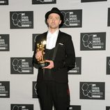 Justin Timberlake posando con su premio MTV VMA 2013