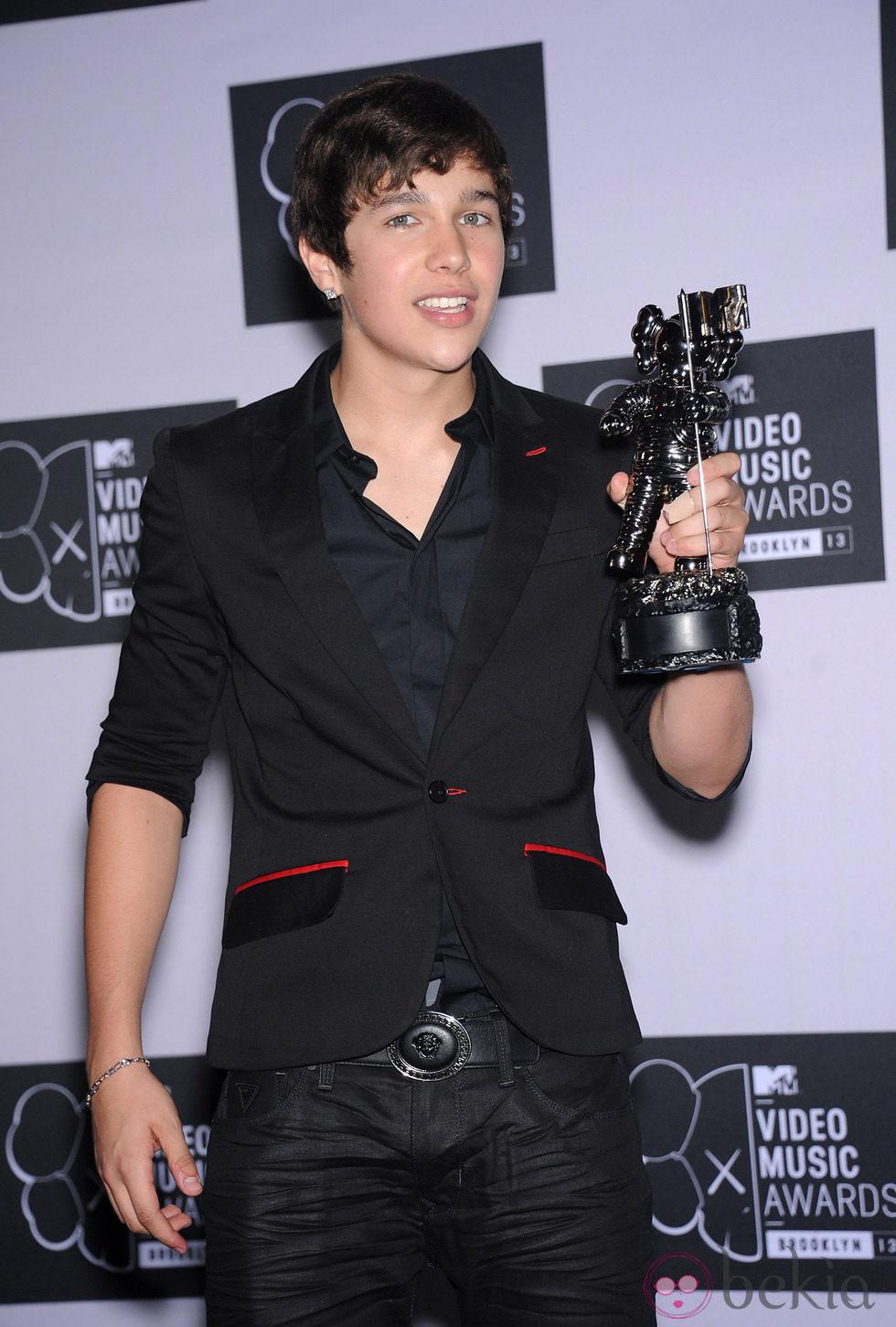 Austin Mahone posando con su premio MTV VMA 2013