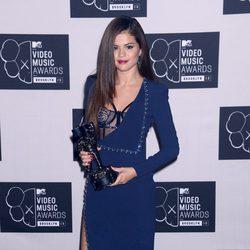 Selena Gomez posando con su premio MTV VMA 2013