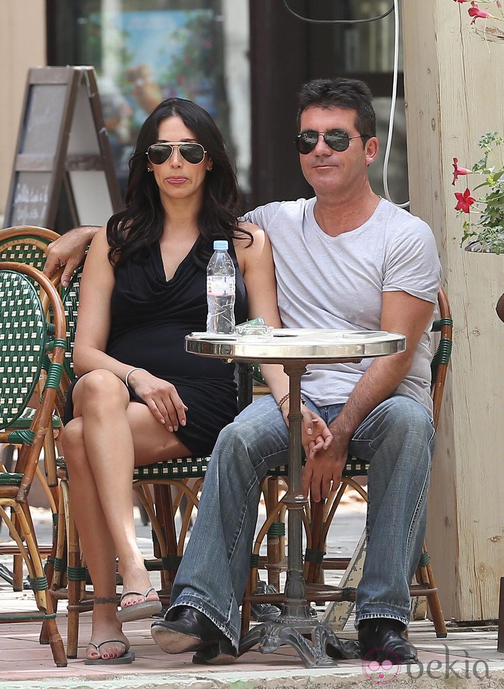 Simon Cowell y Lauren Silverman toman algo en Saint Tropez