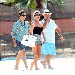 Kate Moss y Jamie Hince paseando por la playa de Saint-Tropez